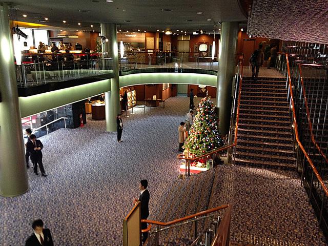 クリスマスツリーが飾られたシンフォニーホールのエントランス